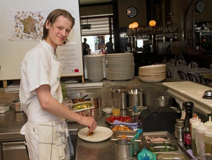 Brasseriet har kjøkken i tre av de fire etasjene. Philip Berg-Pettersen arbeider med dagens lunsj. (Foto: Georg Mathisen)