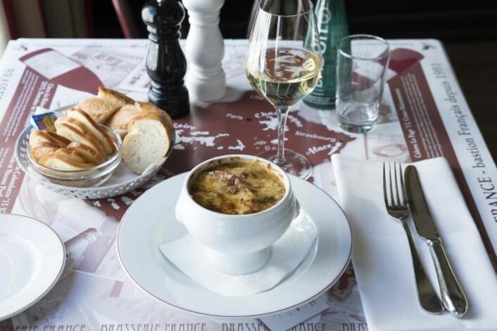 Noen av rettene kan ikke fjernes fra menyen. Soupe à l'oignon skal alltid smake slik som gjestene er vant til og forventer. (Foto: Junka Akita)