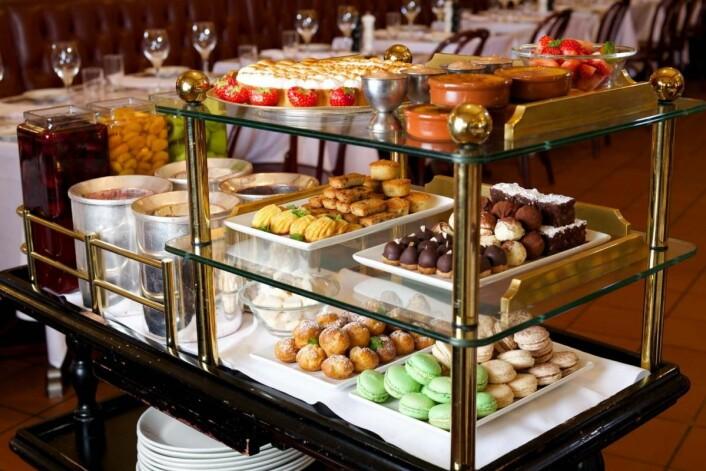 Dessertvognen på Brasserie France er legendarisk. Gjestene bestiller «dessert» eller «ost», som de velger selv fra vogn. (Foto: Audun Agre)