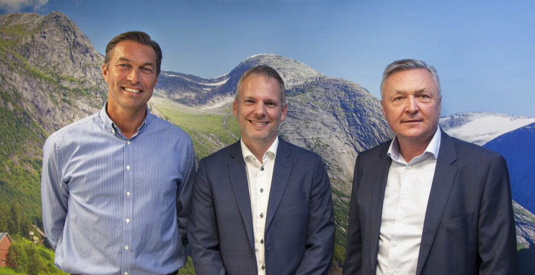 Fra venstre administrerende direktør for Servicegrossistene, Jan van der Burg, «Procurement Director Nordics» hos Compass Group Martin Bruun Larsen, og kategoridirektør i Servicegrossistene, Per Joar Grønnesby. (Foto: Servicegrossistene AS)