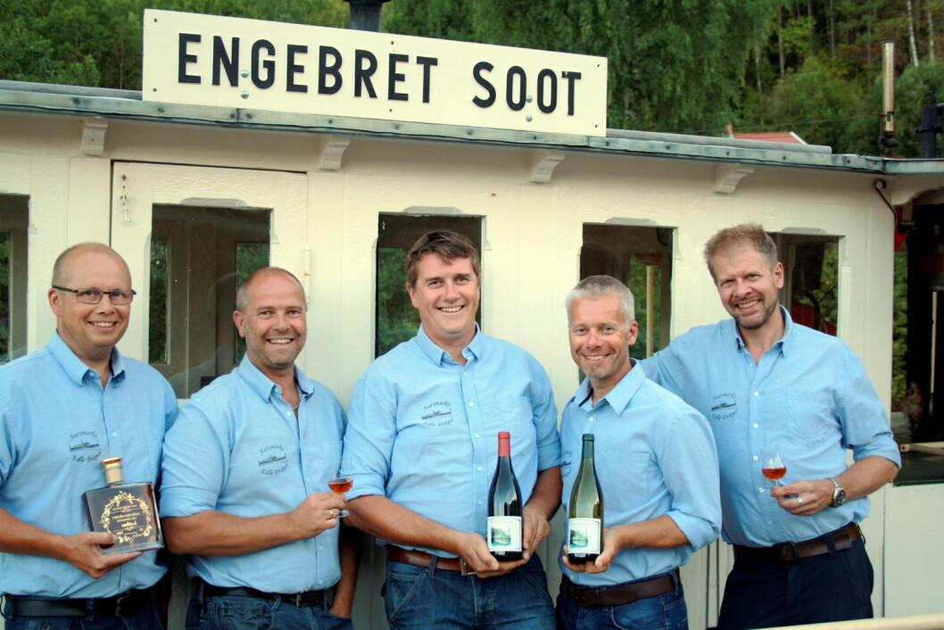Noen av medlemmene med de nye produktene fra dampbåten Engebret Soot(fra venstre): Thomas Furulund, Morten Jaavall, Tor Anders Høgaas, Espen Jaavall og Nils Ivar Krog Enger. (Foto: Aursmark Edle Dråper)