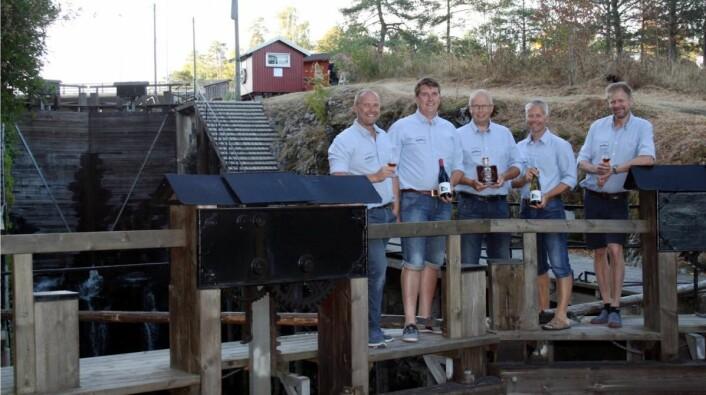 Noen av medlemmene med de nye produktene ved Ørje sluser. Fra venstre Morten Jaavall, Tor Anders Høgaas, Thomas Furulund, Espen Jaavall og Nils Ivar Krog Enger. (Foto: Aursmark Edle Dråper)