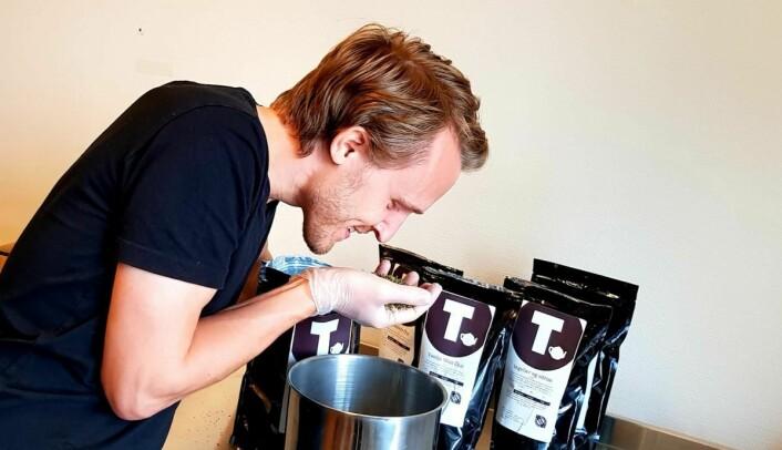 Gründer og daglig leder av Norges Tehus, Kjetil Frøitland Eide, lukter seg frem til de rette råvarene. (Foto: Norges Tehus)