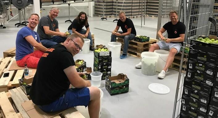 De ansatte i gang med skrelling av fem kilo limeskall. (Foto: Nøgne Ø)