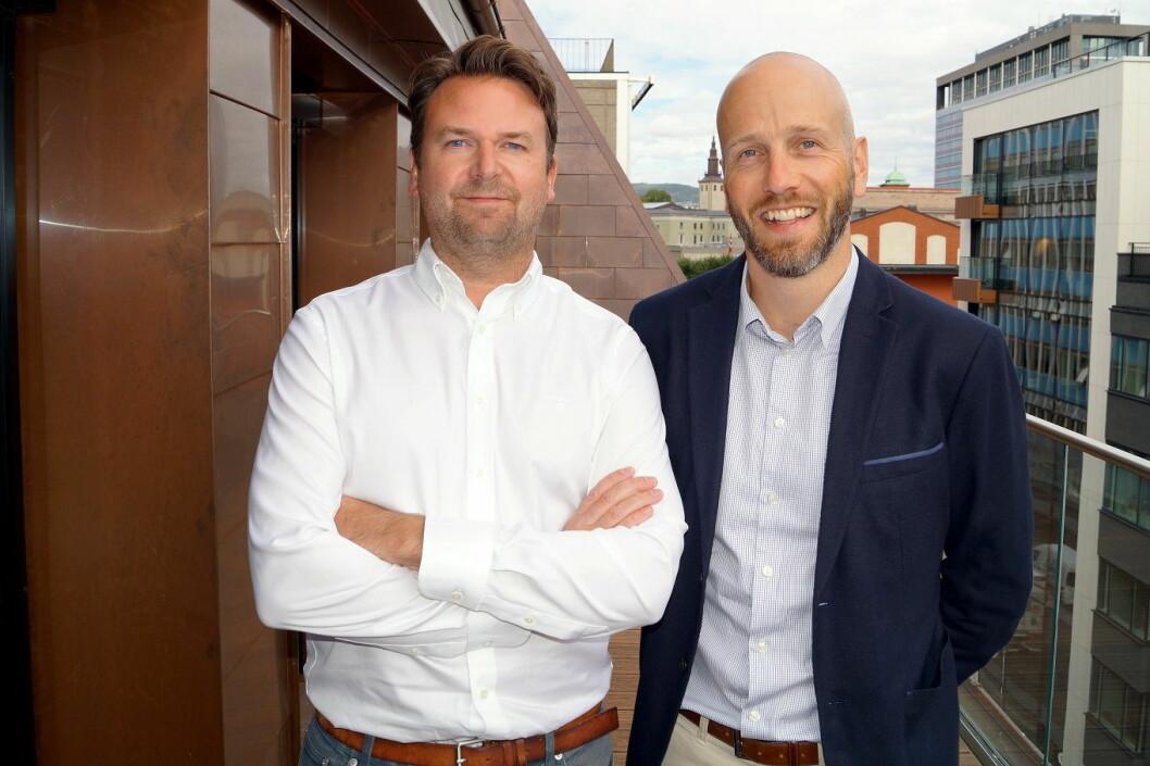 Gustav Eddy Larsen (til venstre) er nyansatt hos First Hotels. Her sammen med Marius Zachariasen. (Foto: First Hotels)