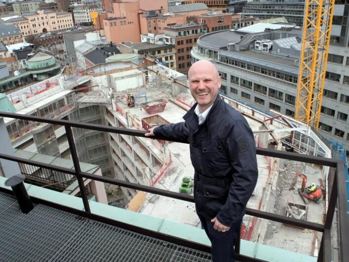 Hotelldirektør André Schreiner på taket på Clarion Hotel the Hub. (Foto: Nordic Choice Hotels)