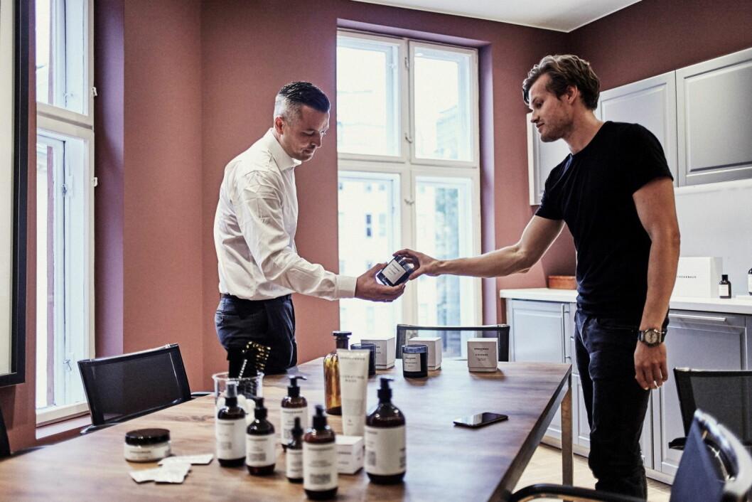 Hotelldirektør for Amerikalinjen, Wilhelm Hartwig (til venstre) og Alexander Eggum, mannen bak Sprekenhus har bestemt utvalget. (Foto: Magne Risnes)
