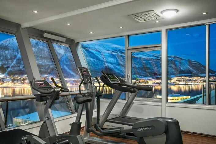 Ikke noe å si på utsikten fra treningsrommet på det nyoppussede hotellet i Tromsø. (Foto: Radisson Hotel Group)