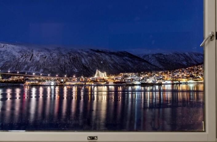 Utsikt fra ett av rommene mot Ishavskatedralen og naturen rundt. (Foto: Radisson Hotel Group)