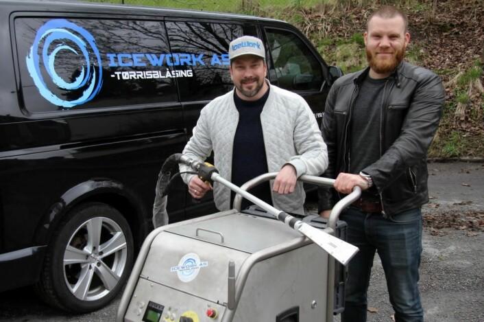 Kim Andersen og Hans-Petter Nygaard med maskinen som brukes til tørris-rengjøringen. (Foto: Morten Holt)