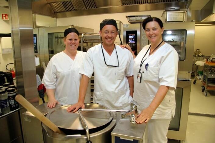Kokkene Eline Bjøran (fra venstre) og Tommy Sørensen sammen med seksjonsleder Sølvi Thøgersen på ett av de fire nye kjøkkenene på Sykehuset Østfold Kalnes. (Foto: Morten Holt)