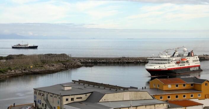 Hurtigruten på vei inn mot kaia i Svolvær, der det nye Thon-hotellet skal bygges. (Foto: Morten Holt)