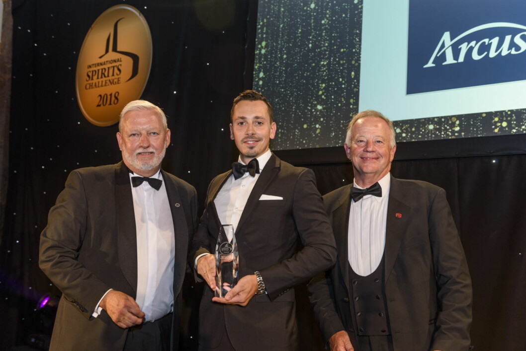 Markedssjef i Arcus, Jonas Zeitzmann (midten) med ISC-dommere. (Foto: Arcus)