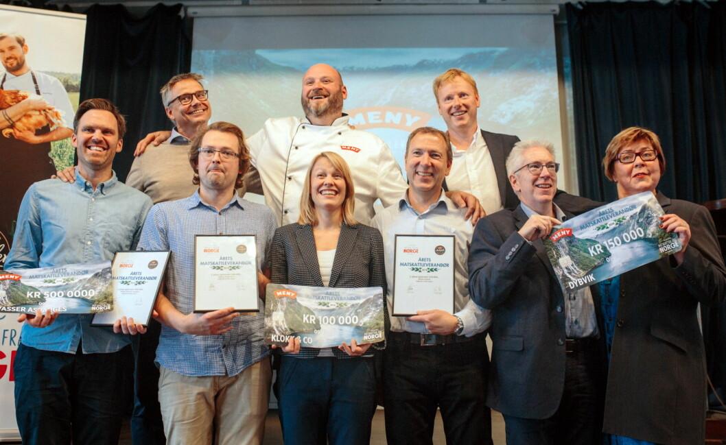 Stolte vinnere med Edvart Freberg fra Hvasser asparges til venstre. (Foto: Meny)