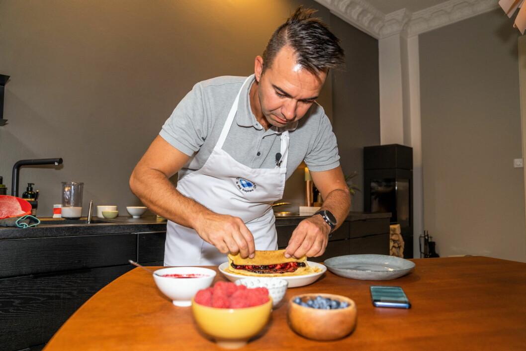 Bernhard Azinger, konditorfaglig ansvarlig i Tine, viser hvordan man lager pannekaker ved å snakke med Tine kjøkken. (Foto: Tine)