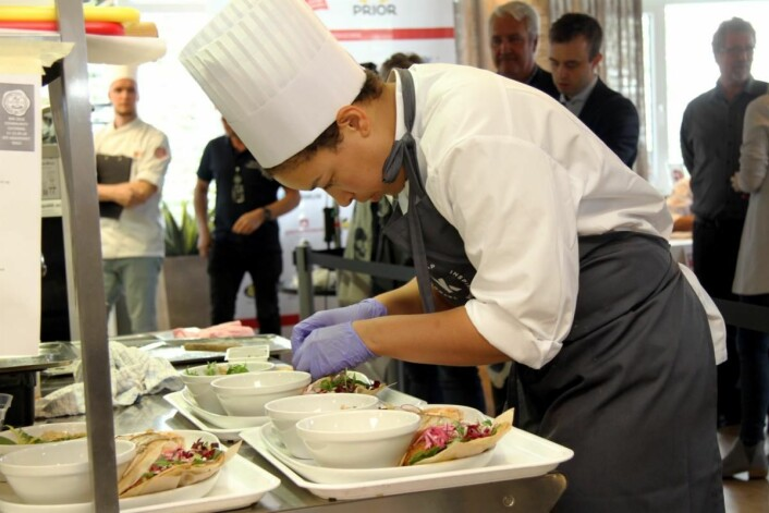 Sara Maalø legger siste hånd på verket før servering. (Foto: Morten Holt)