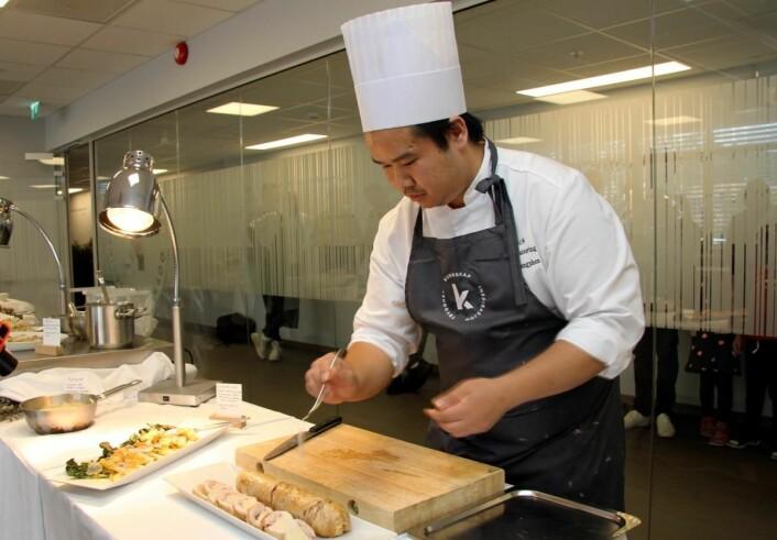 Daniel Phengpan gjør klart for servering. (Foto: Morten Holt)