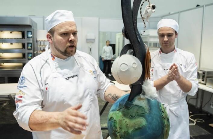 Ivar Bakke (til venstre) og Nikolai Meling med Norges brødskulptur. (Foto: Jon-Are Berg-Jacobsen, Vest Vind Media)