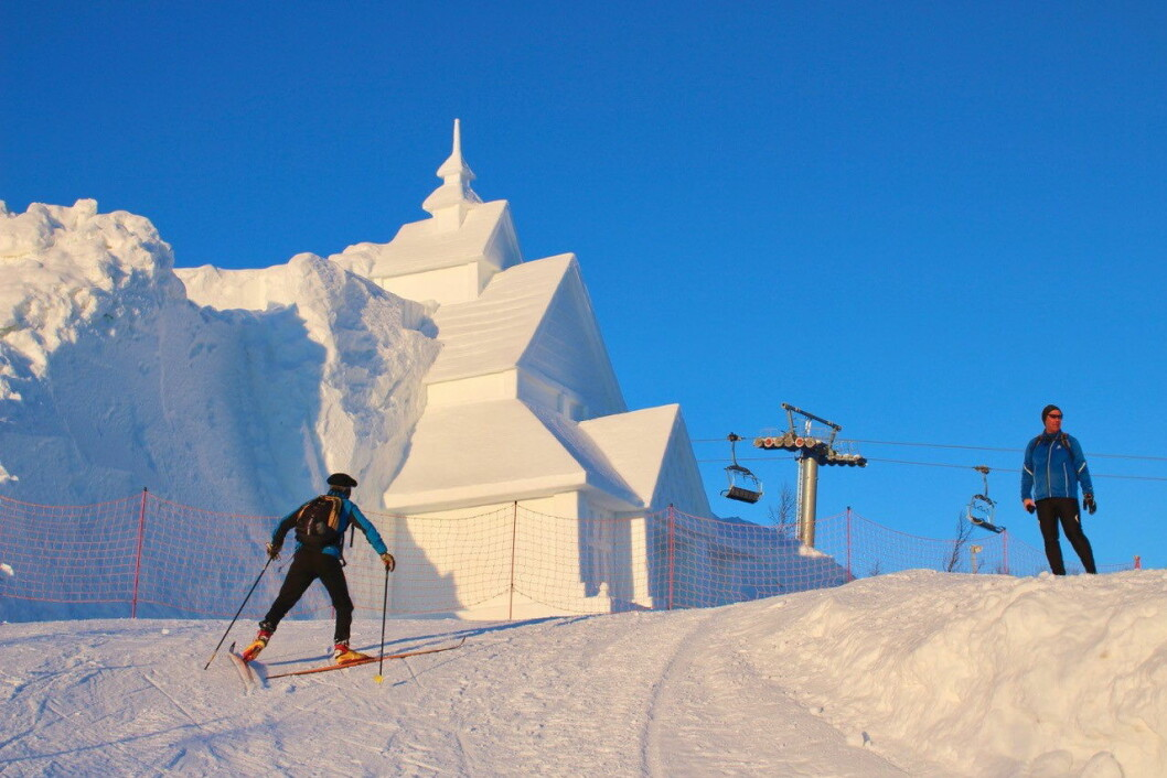 Verdens største stavkirke av snø i alpinanlegget på Beitostølen sist vinter, 16 meter høy og 11 meter bred, vakte oppsikt, ikke bare i Norge men verden over. Dette var en del av pre-test-prosjektet. (Foto; DestinasjonsKirurgene)