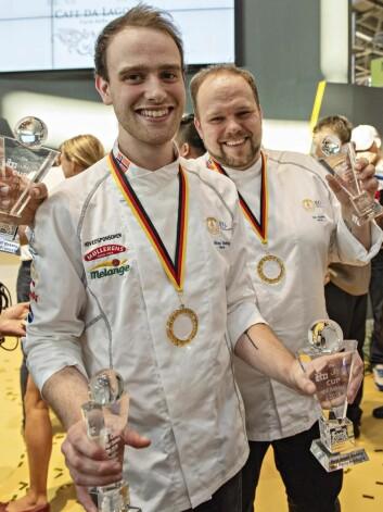Nikolai Meling (til venstre) og Ivar Bakke kunne juble etter norsk tredjeplass i VM.(Foto: Jon-Are Berg-Jacobsen, Vest Vind Media)