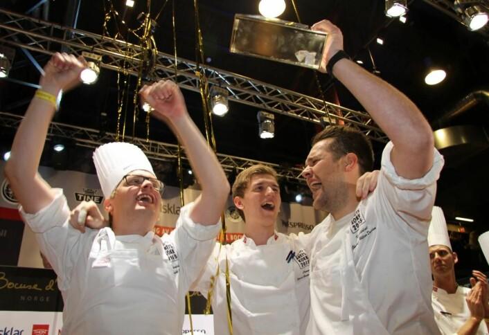 Karl Erik Pallesen (til venstre) var coach da Christopher W. Davidsen vant Årets kokk i 2016. I midten commis Håvard Werkland. (Foto: Morten Holt)