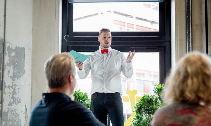 Styreleder for KokkeKarlas legat, Thorleif Linhave Bamble, på fjorårets arrangement. (Foto: KokkeKarlas legat)