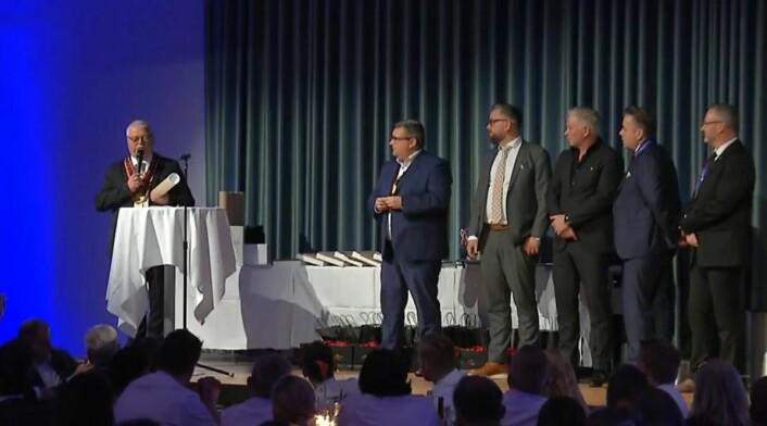 Konferansier Svein Magnus Gjønvik sammen med deler av juryen. (Printscreen)