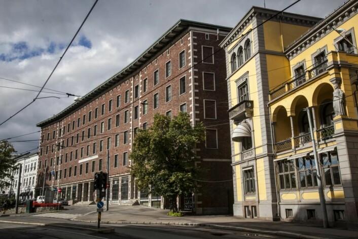 Det gule ambassadebygget (til høyre i bildet) blir forvandlet til en villa med 16 suiter for utleie. (Foto: Roberto di Trani)