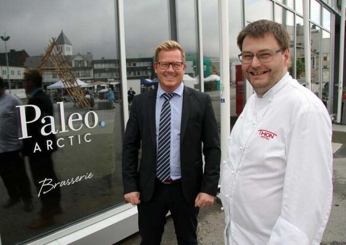 Ny topp-plassering for Thon Hotel Lofoten og hotelldirektør Erik Taraldsen (til venstre). (Foto: Morten Holt)