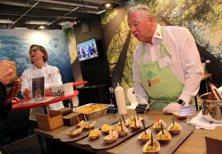 Vidar Holt hos Findus serverer vegetarprodukter (Quorn), blant annet veggieboller og chili con carne med Quorn. (Foto: Morten Holt)