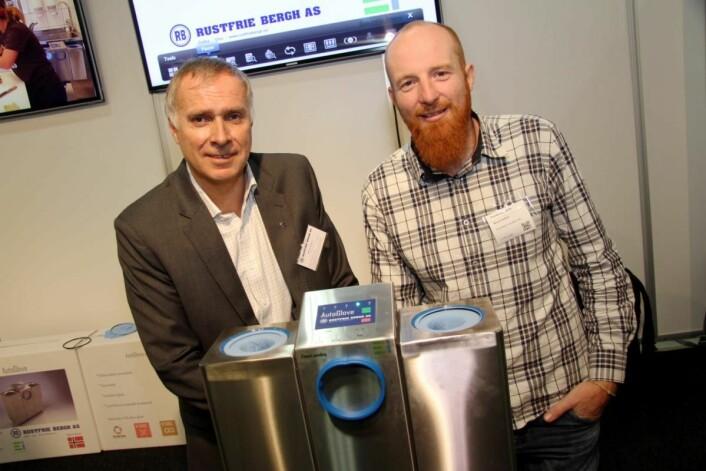 Ecocentric Innovation, her representert ved Monty Hatfield (til høyre), har utviklet Auto Glove, en innovasjon for storkjøkkenbransjen. Det er Rustfrie Bergh, her daglig leder Øivind Bergh, som skal produsere og selge produktet i Norge. Vi kommer tilbake med mer i et senere nummer av magasinet Horeca. (Foto: Morten Holt)