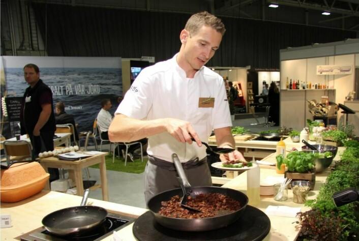 Trond Olaussen hos Engrosfrukt serverer vegetarprodukter. (Foto: Morten Holt)