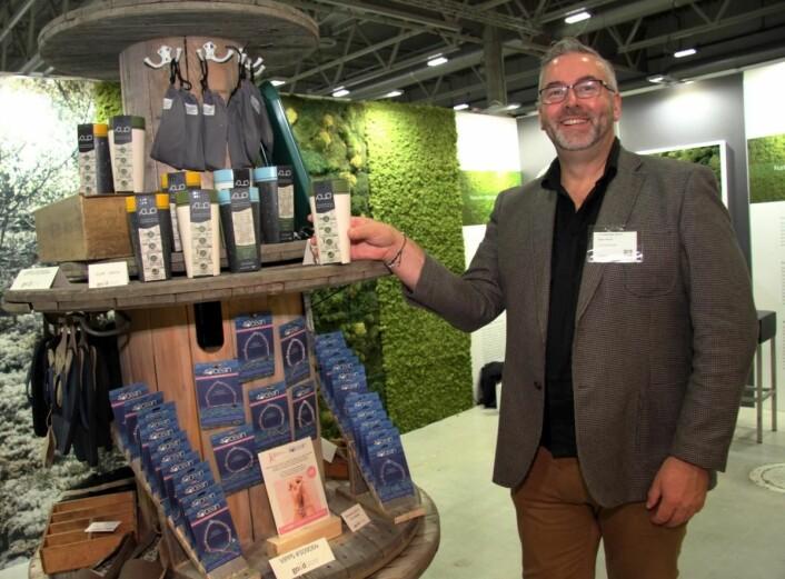 Bjørn Skovli hos The Good Store, som produserer mange forskjellige produkter av havplast, deriblant serveringsbrett, kopper og solbriller. På solbrillene står sågar koordinatene for hvor plasten er hentet opp i havet. (Foto: Morten Holt)