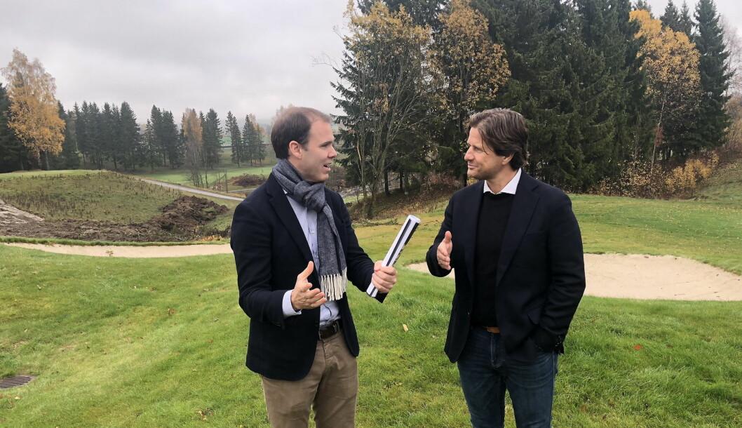 Styreleder Torstein Storækre (til venstre) og administrerende direktør i Haut Nordic AS, Sondre Prestegard, på befaring i området der Miklagard hotell skal ligge. (Foto: Haut Nordic)
