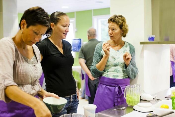 Klinisk ernæringsfysiolog Laila Dufseth (til høyre) har ansvar for både matprat og matverksted og samarbeider tett med kjøkkenpersonalet. Faglige dyktige, opptatt av å lære og å følge med i tiden. Service, kreativitet og yrkesstolthet er hennes beskrivelse av staben. (Foto: Montebellosenteret)