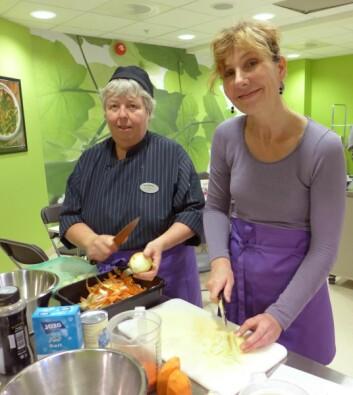 En av kokkene, Anne Nørsteng, hjelper en av kursdeltakerne. (Foto: Montebellosenteret)