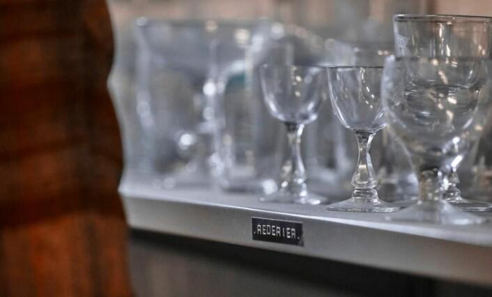 Hadeland Glassverk leverer håndslipte champagneglass til Amerikalinjen. (Foto: Magne Risnes)
