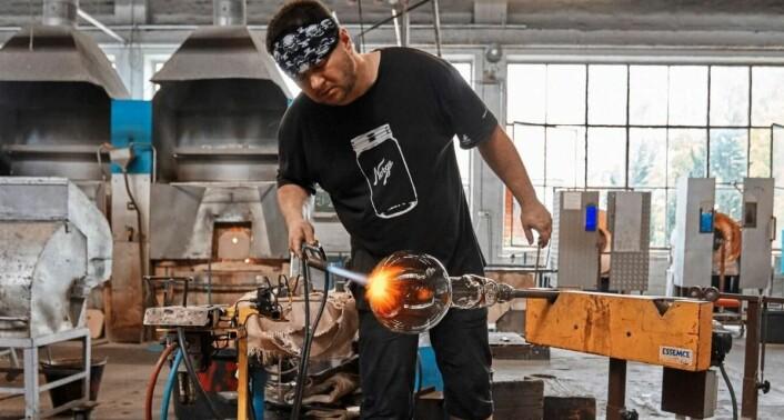 Nå gjenopptar Hadeland Glassverk produksjonen av unike objekter fra Amerikalinjens storhetstid, til glede for nye gjester og oppdagere. (Foto: Magne Risnes)