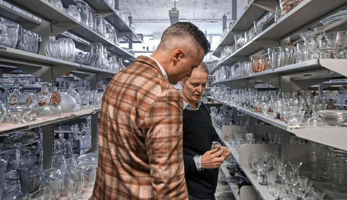 Direktør Wilhelm Hartwig på Amerikalinjen har dykket ned i arkivene til Hadeland Glassverk for å finne gamle skatter. Her sammen med designsjef ved Hadeland Glassverk, Maud Gjeruldsen Bugge. (Foto: Magne Risnes)