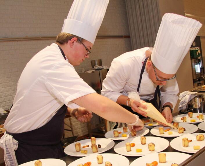 Gjermund Solberg (til venstre) er nyutdannet kokk på Scandic Central Elverum, der Eskild Løkken (til høyre) er kjøkkensjef. (Foto: Morten Holt)
