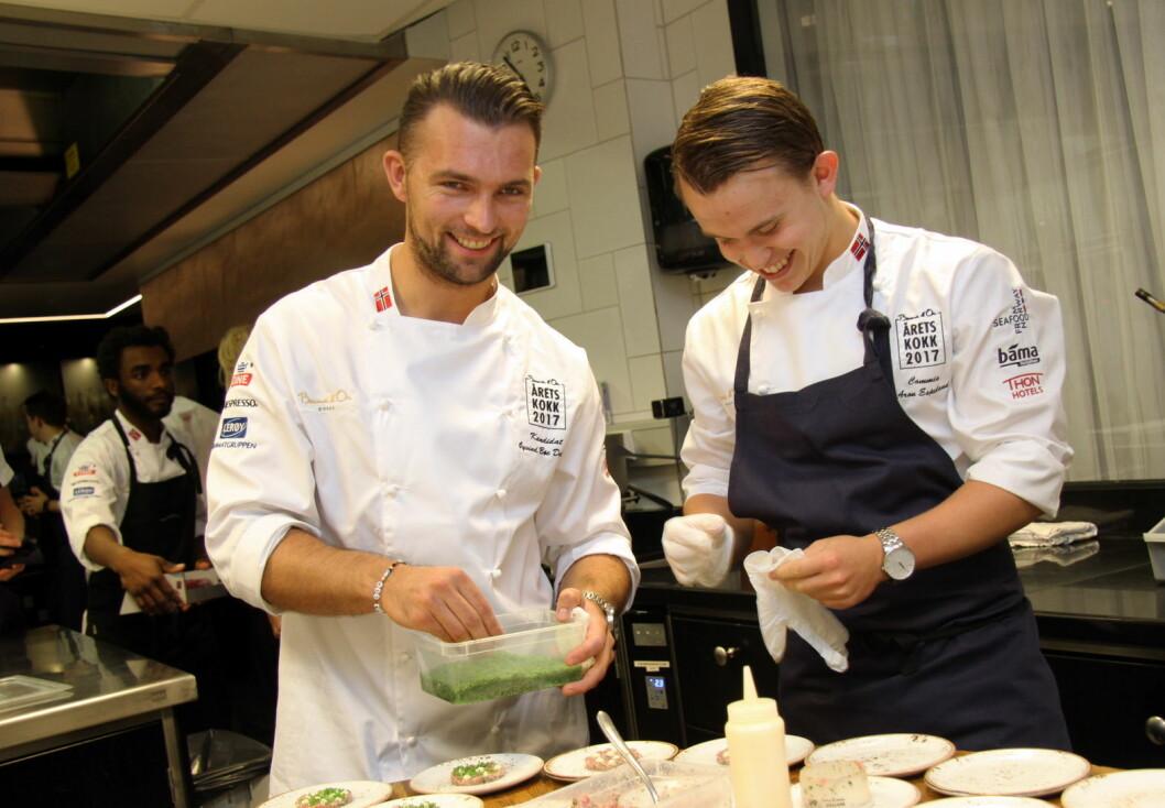Aron Espeland (til høyre) vant Yrkes-NM for kokker. Her er han sammen med Øyvind Bøe Dalelv. (Foto: Morten Holt)