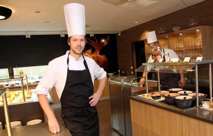 Jan Erik Pedersen (25) er konstituert kjøkkensjef på Scandic Elgstua. (Foto: Morten Holt)