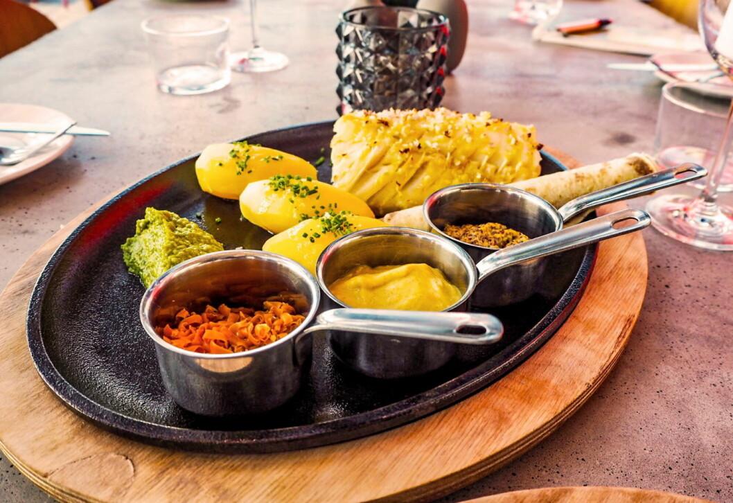 Lutefisken som ble servert og testet var basert på kjendiskokk Trond Mois oppskrift med blant annet sjalottløk på toppen og hvitløk i baconet. (Foto: Bølgen & Moi)