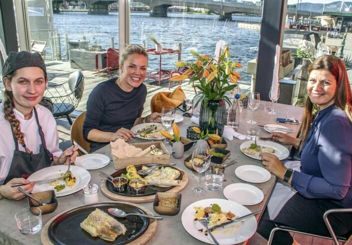 – I en av alder av 43 år hadde jeg før dette aldri spist lutefisk, og akkurat nå skjønner jeg ikke hvorfor, sier daglig leder ved Bølgen & Moi i Drammen, Hilde Andersen (bak t.h.), her sammen med kjøkkensjef Tania Petersen og driftssjef i Bølgen & Moi, Linn Skjevdal. (Foto: Per-Jan Brekke)
