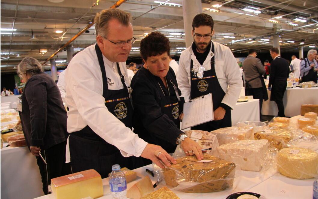 Jørn Lie (til venstre) i aksjon sammen med sine to meddommere i World Cheese Awards i Bergen i dag. Det er meget varierende standard, sier Lie. (Foto: Morten Holt)