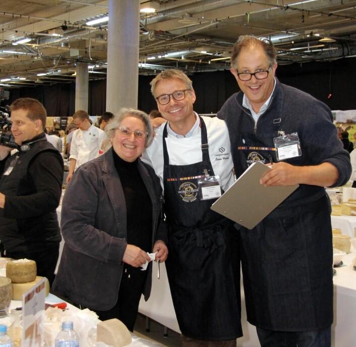 Eivind Haalien (midten), som er NorgesGruppens produktgruppesjef for lokalmat, er også dommer i oste-VM. (Foto: Morten Holt)