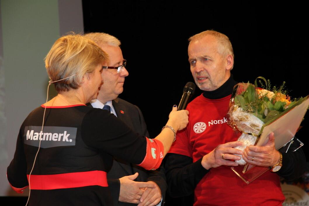 Gunnar Waagen er tildelt Ingrid Espelid Hovigs Matkulturpris 2018. Her sammen med prisutdeler, landbruks- og matminister Bård Hoksrud, og Nina Sundqvist fra Matmerk. (Foto: Morten Holt)
