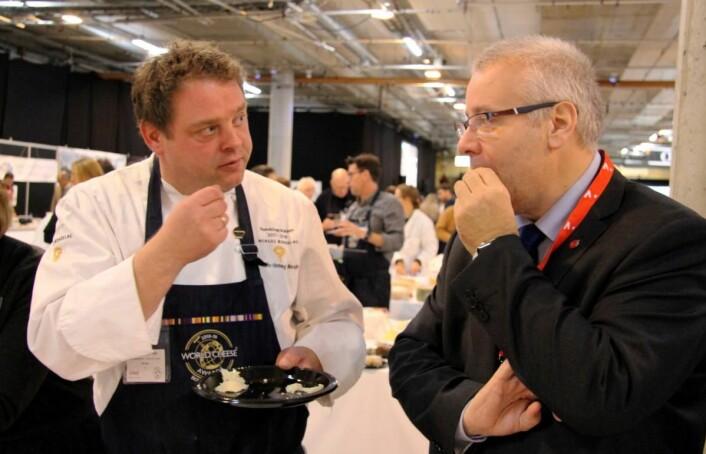 Landbruks- og matminister Bård Hoksrud (til høyre) sammen bondelagskokk og dommer i oste-VM, Nils-Henning Nesje. (Foto: Morten Holt)