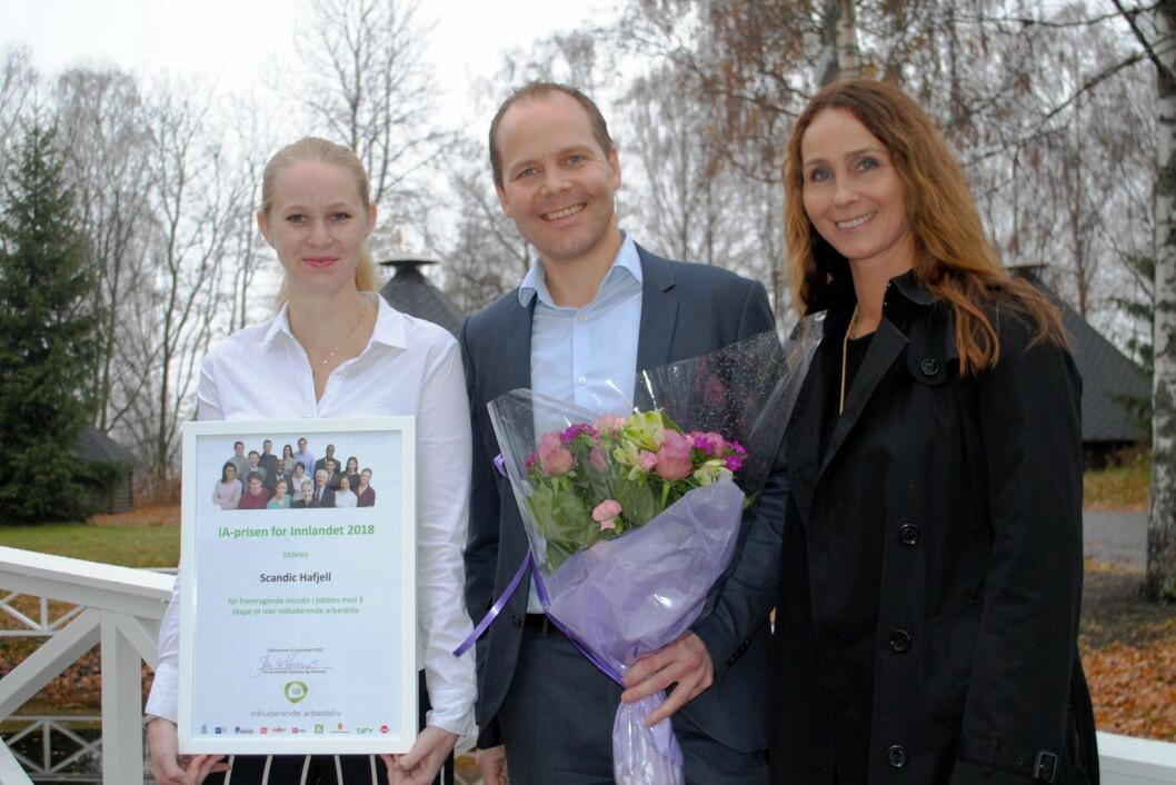 IA-pris til Scandic Hafjell: Fra venstre Amanda Nagell (tillitsvalg på Scandic Hafjell), hotelldirektør Erik Fostervoll og Nina Høiland (IA-rådgiver NAV). (Foto: Scandic Hotels)