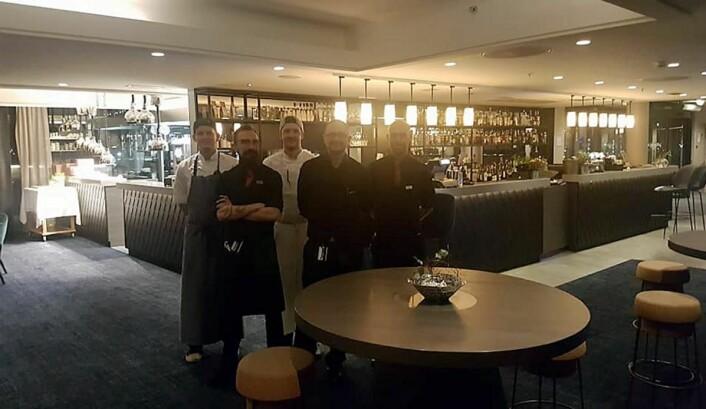 Barsjef Gjøran Stensønes og hans team ønsker velkommen til nyoppusset Broen Bar. (Foto: Scandic Nidelven)